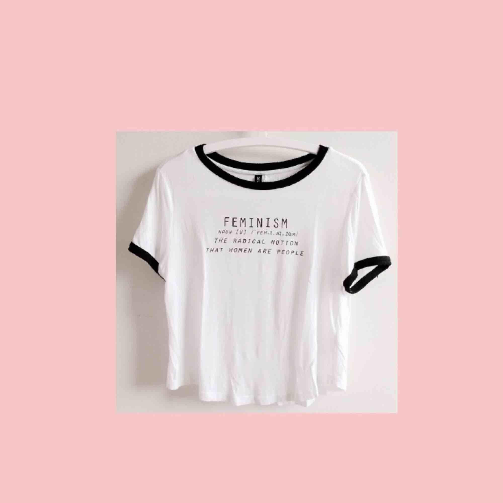 """Jättefin vit tröja med Feminist-""""Quote"""" tryck, köpt på H&M för ca. 5 år sen. Absolut skönaste tröjan jag äger! Superstretchig och mjuk. Storlek S men passar XS-L pga att den är så stretchig! 💓 (Frakt är inkluderat i priset). T-shirts."""