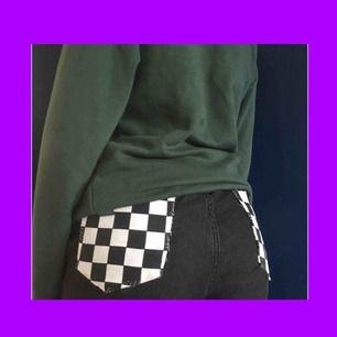 Skitfina svarta Mingel jeans med rutiga bakfickor.Jag tror att de egentligen är en M-L men passar bra på S också om man har ett skärp. Fraktkostnad tillkommer på 49kr också.Skickar gärna fler bilder💓