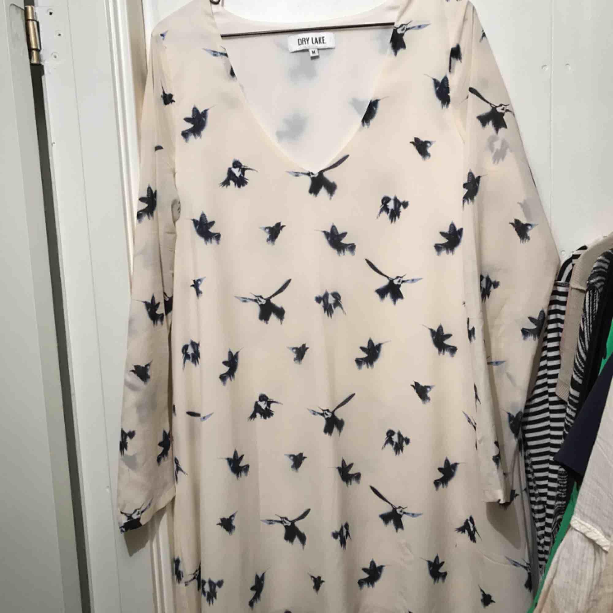 Söt klänning med fåglar från Dry lake. Sparsamt använd och utan skavanker. Frakt inom Sverige ingår.. Klänningar.