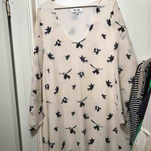 Söt klänning med fåglar från Dry lake. Sparsamt använd och utan skavanker. Frakt inom Sverige ingår.