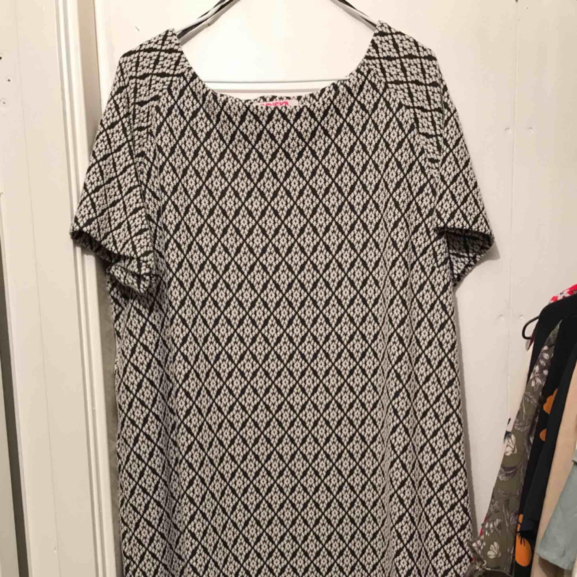 Härlig svartvitmönstrad klänning från indiska i skönt tjockt material. Sparsamt använd och utan skavanker. Frakt inom Sverige ingår.. Klänningar.