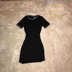 Superfin och sportig klänning. Superskönt och stretchigt material. Nästan aldrig använd så i toppskick. Säljer pga att den är för liten.