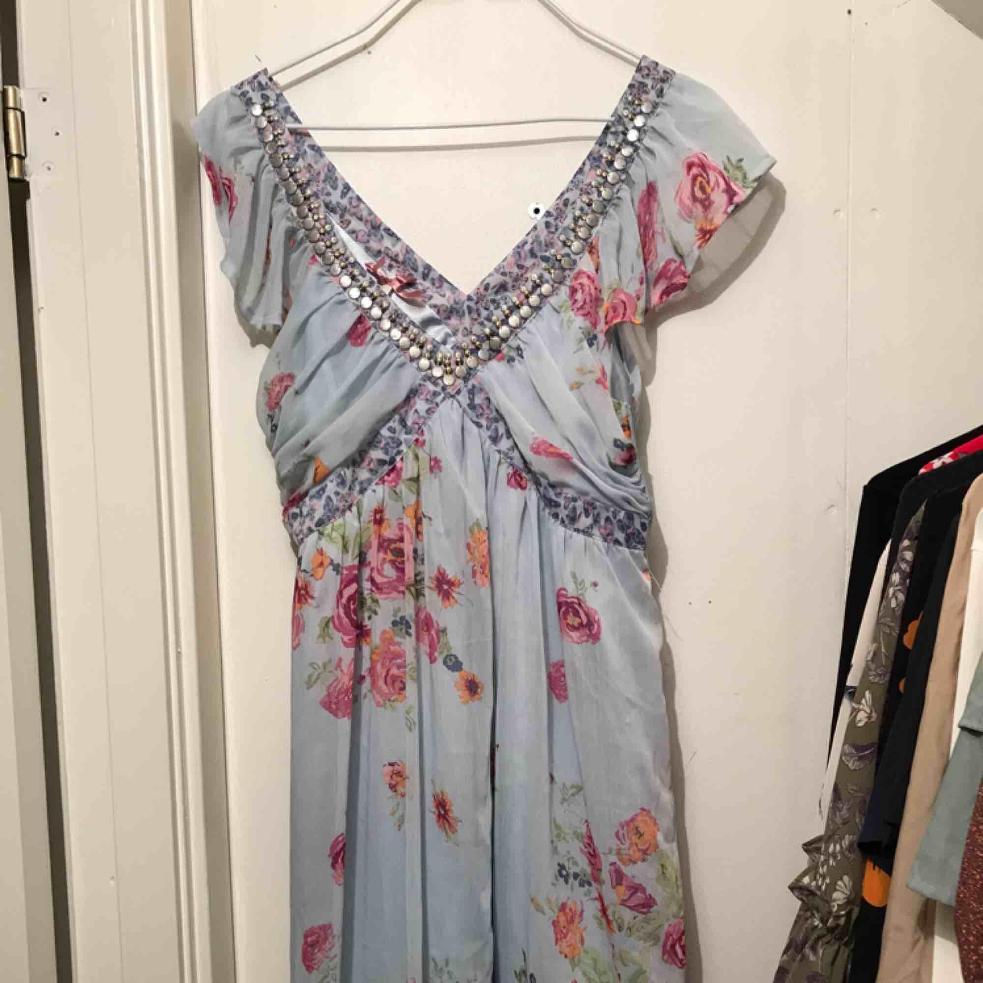 Blommig söt klänning. Använd en gång och har inga skavanker. Frakt inom Sverige ingår. . Klänningar.