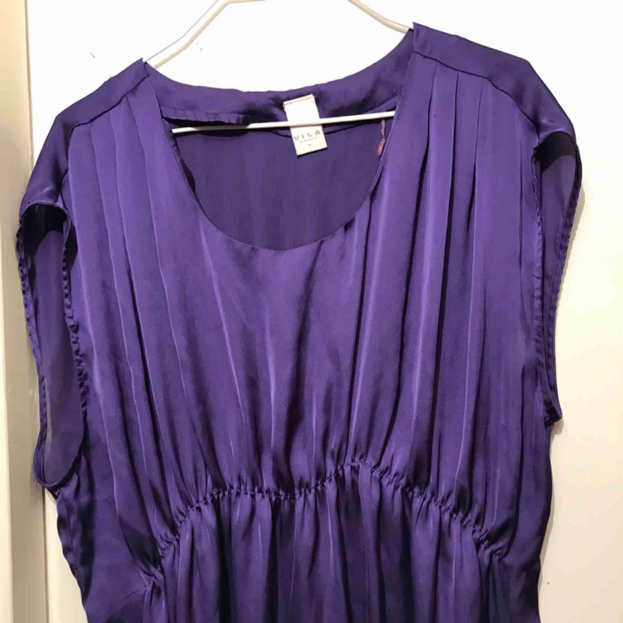 Lila klänning från Vila. Fint skick utan skavanker. Pris inklusive frakt! . Klänningar.