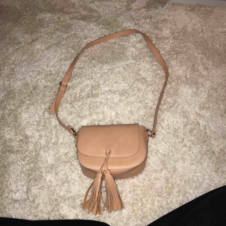En superfin sommarväska som passar till allt. Liten/mellan då man får plats med tex mobil, plånbok och småsaker. . Accessoarer.