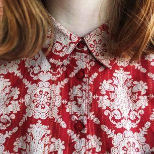 En mönstrad skjorta/blus från Indiska. Superfint mönster men den har tyvärr inte kommit till så mycket användning. Knappt använd! Kan fraktas, betalning sker via Swish. ✨
