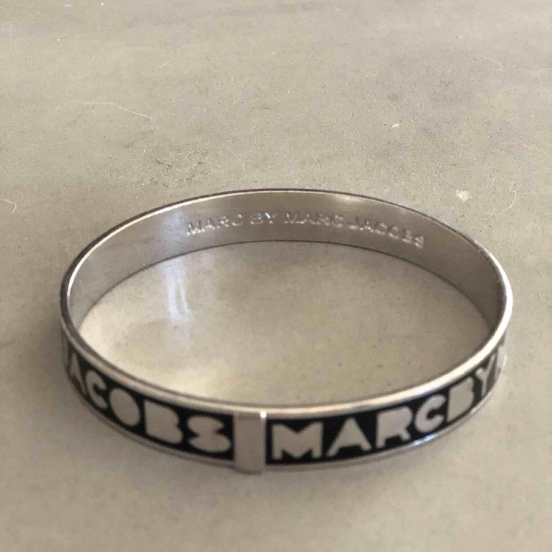 Armband från Marc by Marc Jacobs.  Köparen står för frakten   . Accessoarer.