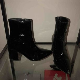 Slutsålda lack skor från GinaTricot. Vill du ha de fraktade får DU STÅ FÖR HELA FRAKTEN, EJ FÖRHANDLINGSBART! :)