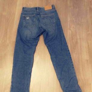 Ett par boyfreand jeans från H&M dom är i storlek 34 men skulle säga att det passar på XS/S/M då den är ganska stor i storleken det är därför jag säljer dom ord pris 299kr använda ett få tal gånger inga slitningar eller missfärgningar