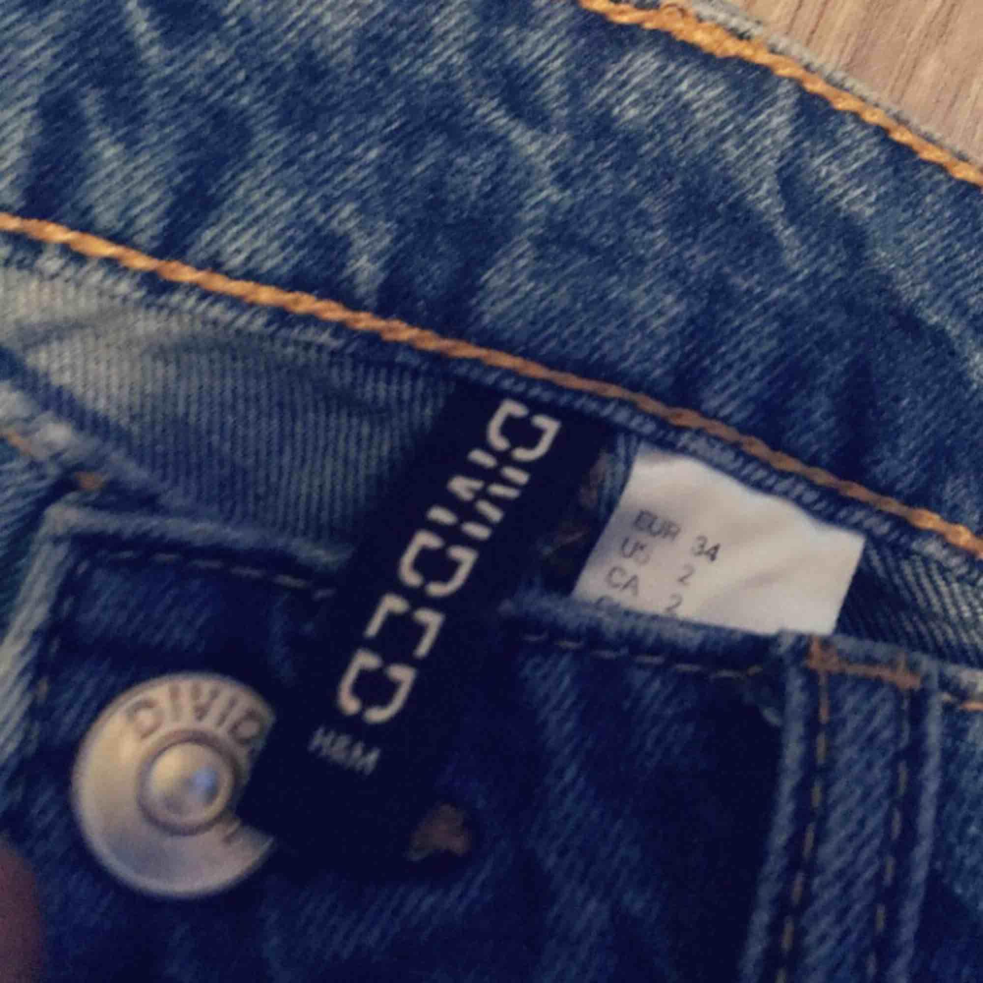 Ett par boyfreand jeans från H&M dom är i storlek 34 men skulle säga att det passar på XS/S/M då den är ganska stor i storleken det är därför jag säljer dom ord pris 299kr använda ett få tal gånger inga slitningar eller missfärgningar. Jeans & Byxor.