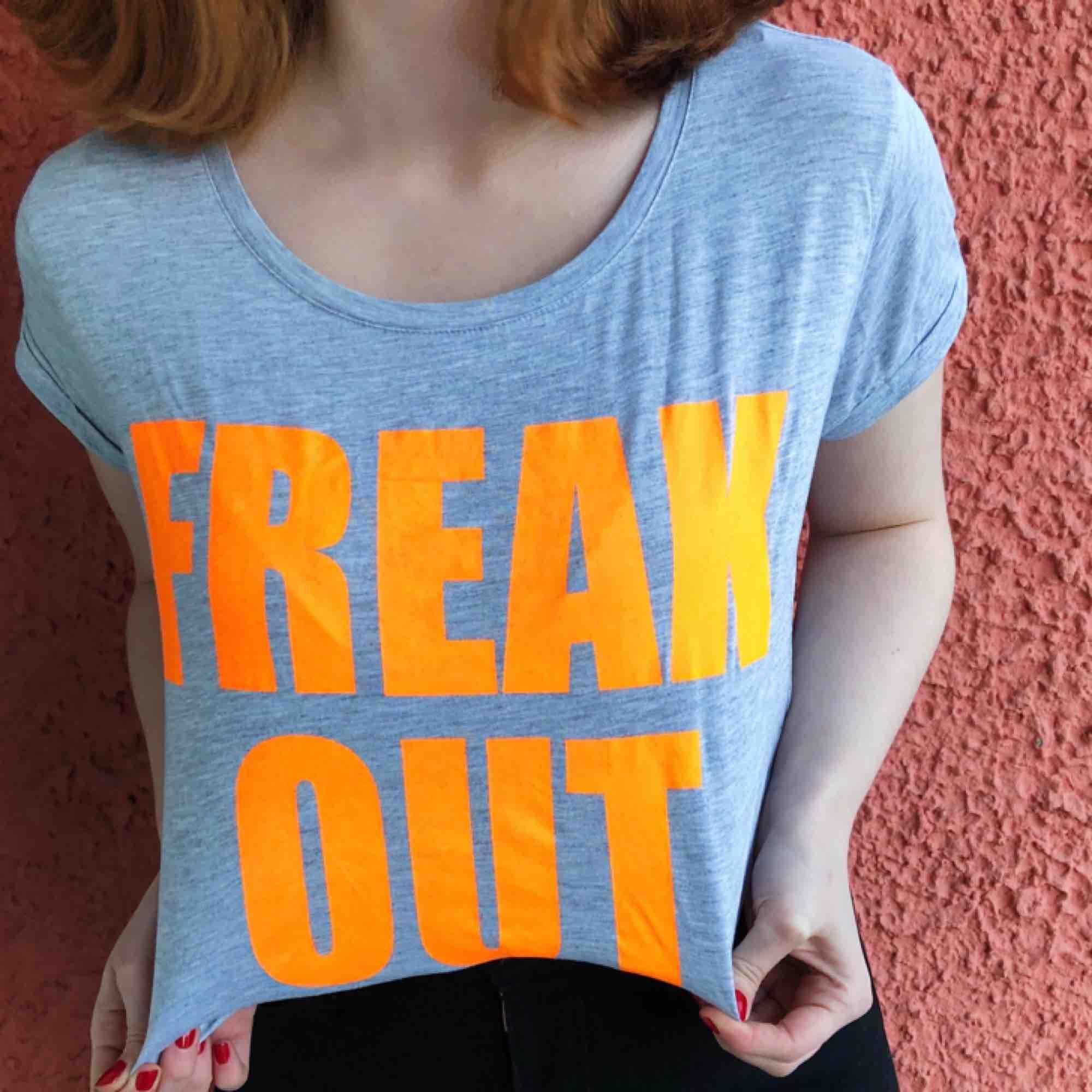 Bli den coola på dansgolvet!! Gillar hur texten FREAK OUT bara skriks ut. Den behöver lite mer kärlek. Kan fraktas, betalning sker via Swish ✨. T-shirts.