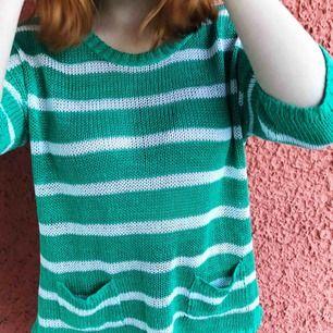 Skön och luftig tröja till sommaren! En favorit förut som nu behöver lite mer kärlek. Kanske en strandtröja? Det står att storleken är 42/44. Kan fraktas, betalning sker via Swish ✨