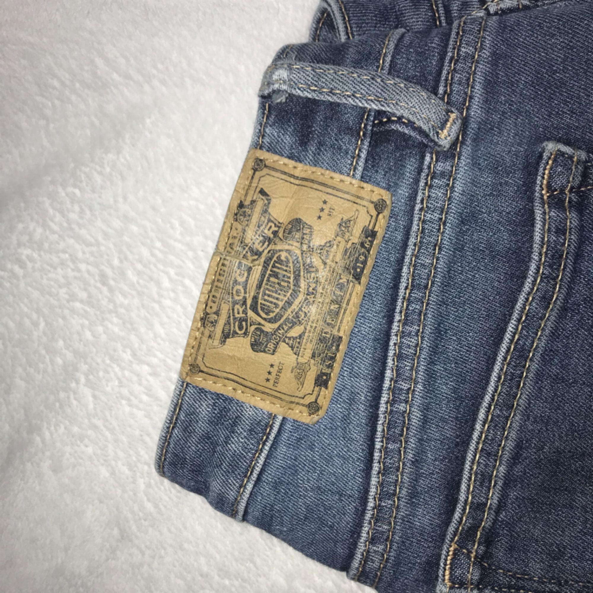 Mörkblå bootcut jeans från crocker. Waist 27 och leinth 35:) fraktar endast . Jeans & Byxor.