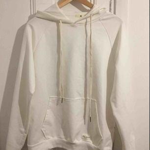 Vit helt ny hoodie med en liten dragkedja på sidan