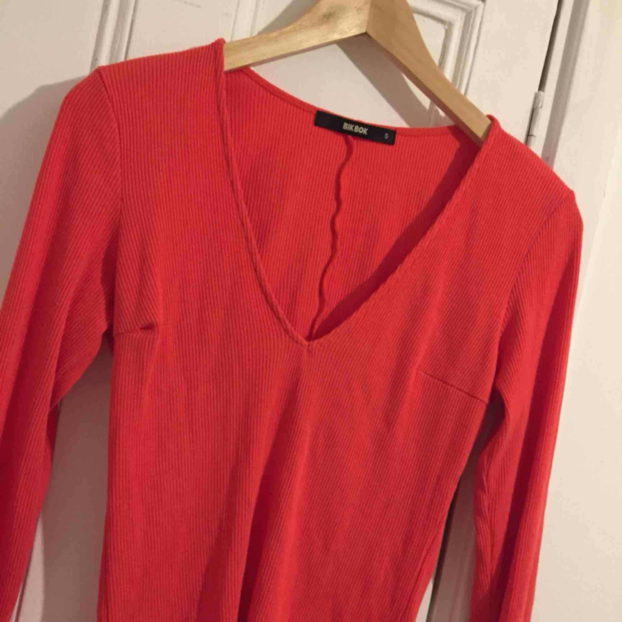 Röd tröja/ topp som är knappast använd å bra skick. Toppar.