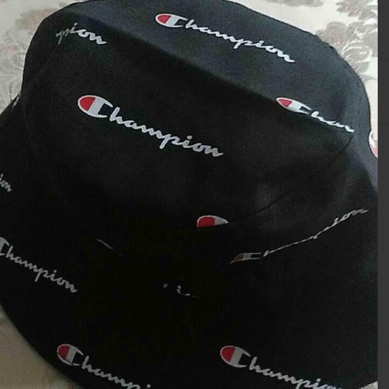 Sjukt fin Champion buckethat säljes pga ingen användning! Fick den som födelsedagspresent och har knappt använt den så den är så gott som ny! FRI FRAKT. Accessoarer.
