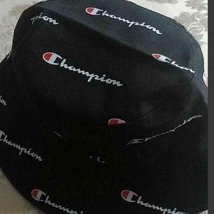 Sjukt fin Champion buckethat säljes pga ingen användning! Fick den som födelsedagspresent och har knappt använt den så den är så gott som ny! FRI FRAKT