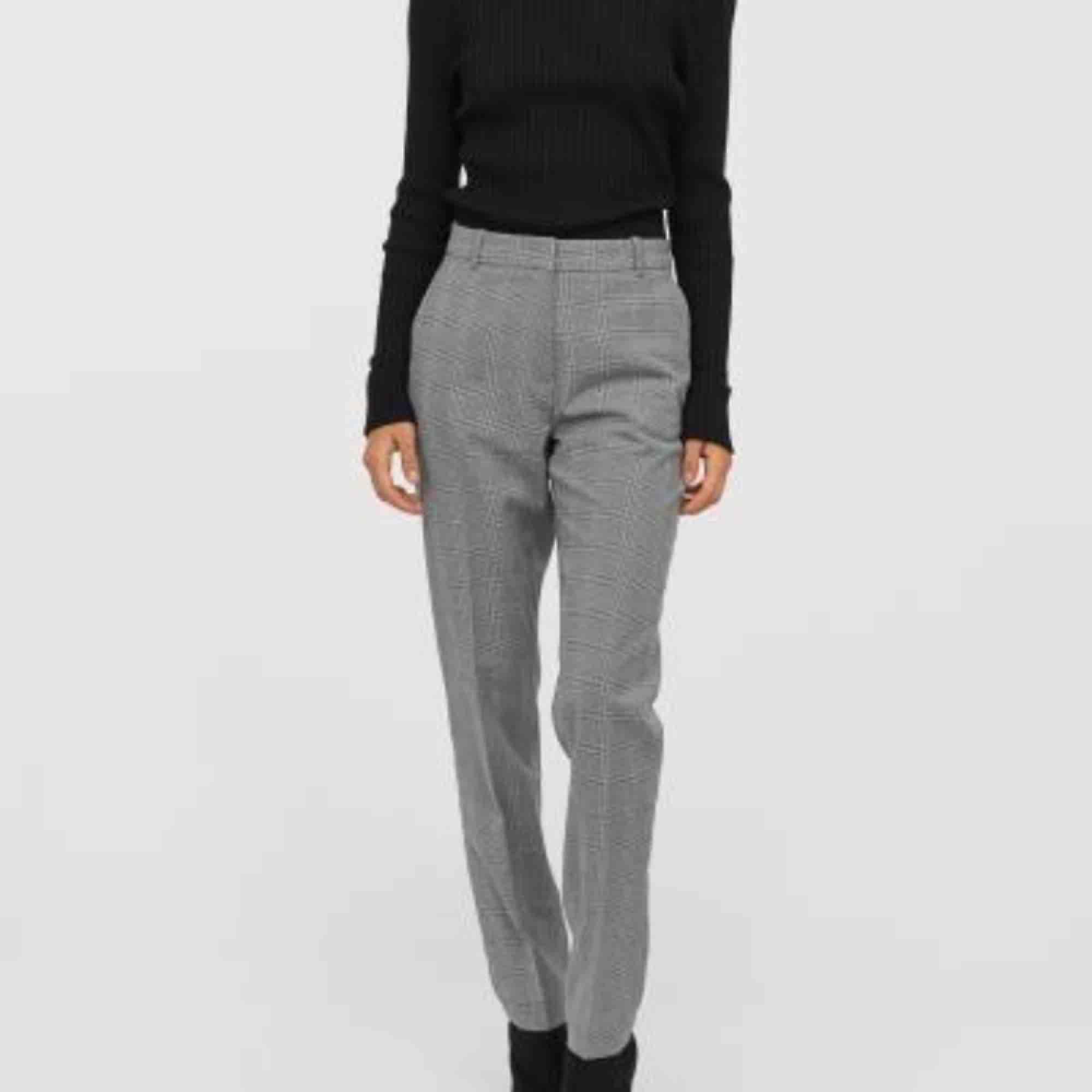 Ett par kostymbyxor från H&M. Byxorna har avsmalnande ben och normalhög midja. Sidfickor.Aldrig använda. Storlek M (74 cm i längd). Jeans & Byxor.