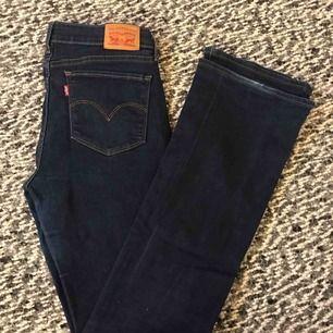 Säljer nu mina suuperfina Levis bootcut jeans! Dessa är sparsamt använda, med några små slitage, och säljes pga. ingen användning. Storleken är 29, men det är ingen stretch i dessa och därför väldigt tighta men väldigt sköna💙
