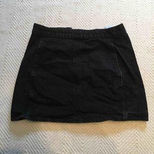 Svart stilren jeanskjol med fickor framtill och diskret dragkedja på baksidan. Storlek 36 köpt från WEEKDAY förra året. Fint skick!