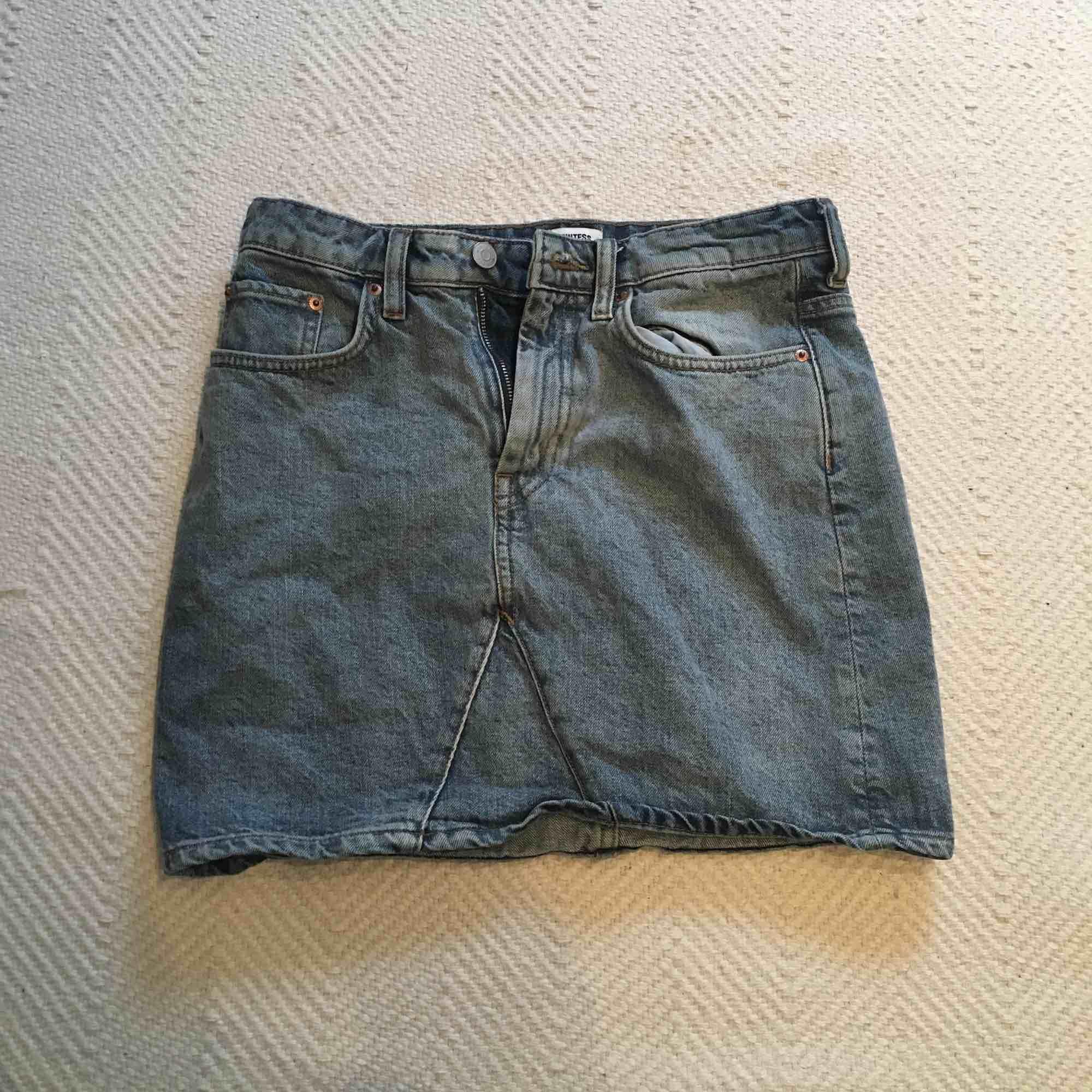 Jeanskjol från WEEKDAY i storlek 36! Knappt använd! Frakt: 40 kr. Kjolar.