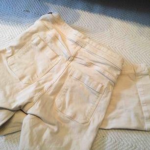 Dessa byxor har väldigt fin passform 🍑🍑 de är sandfärgade jeans med superfin skärning och fin modell med fickor o dragkedja på sidan samt de slutar lite ovanför ankeln. Jag kan tyvärr inte ha dom längre. De passar folk i storlek XS eller S. Frakt 40 kr