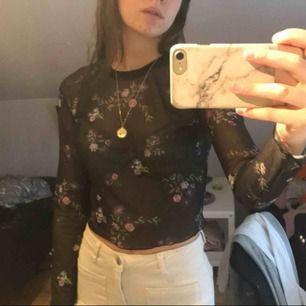 Mesh tröja med broderade blommor
