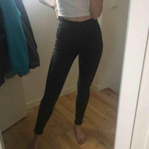 Gråsvarta jeans med läser stripe på sidan, jättefin passform