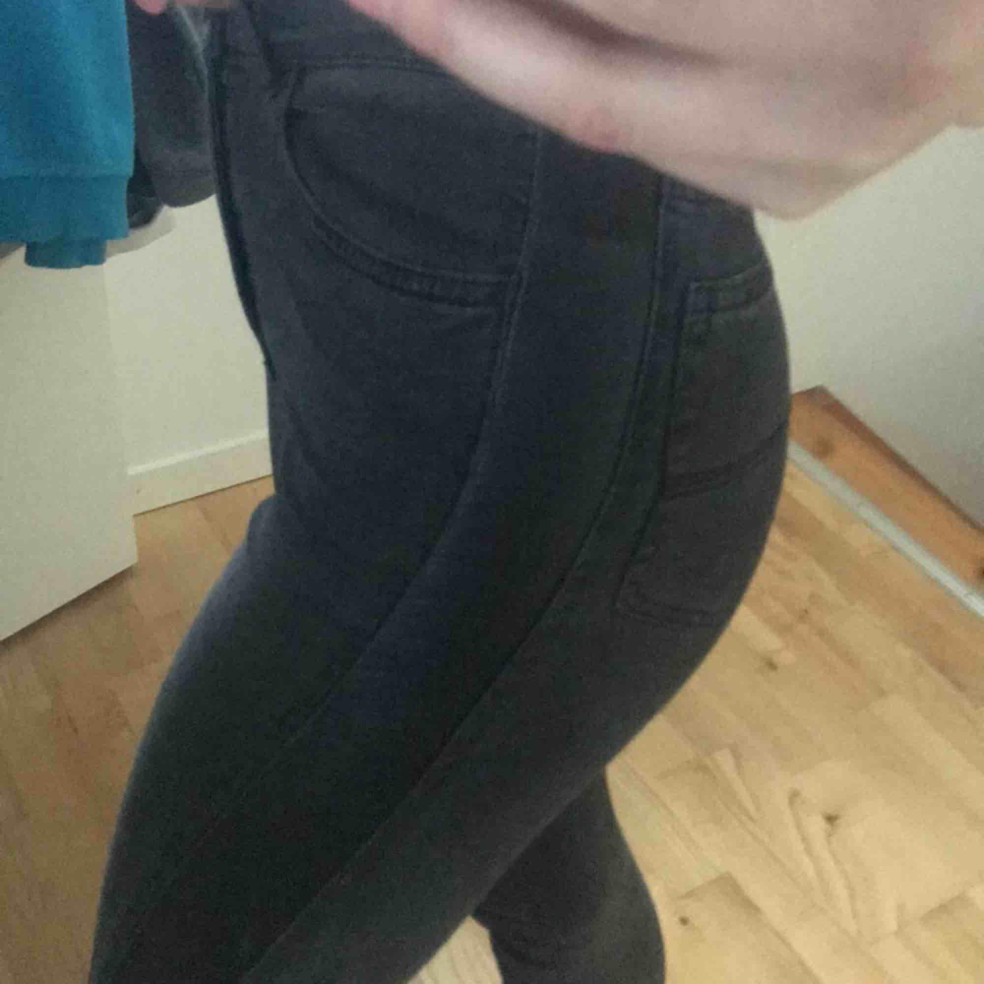 Gråsvarta jeans med läser stripe på sidan, jättefin passform. Jeans & Byxor.