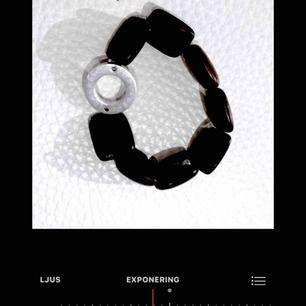 edblad armband i svart balsaträ