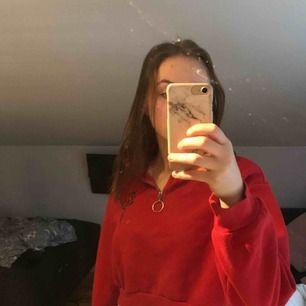 Röd sweatshirt med half zip och en tryckt ros såååå himla snyggggg