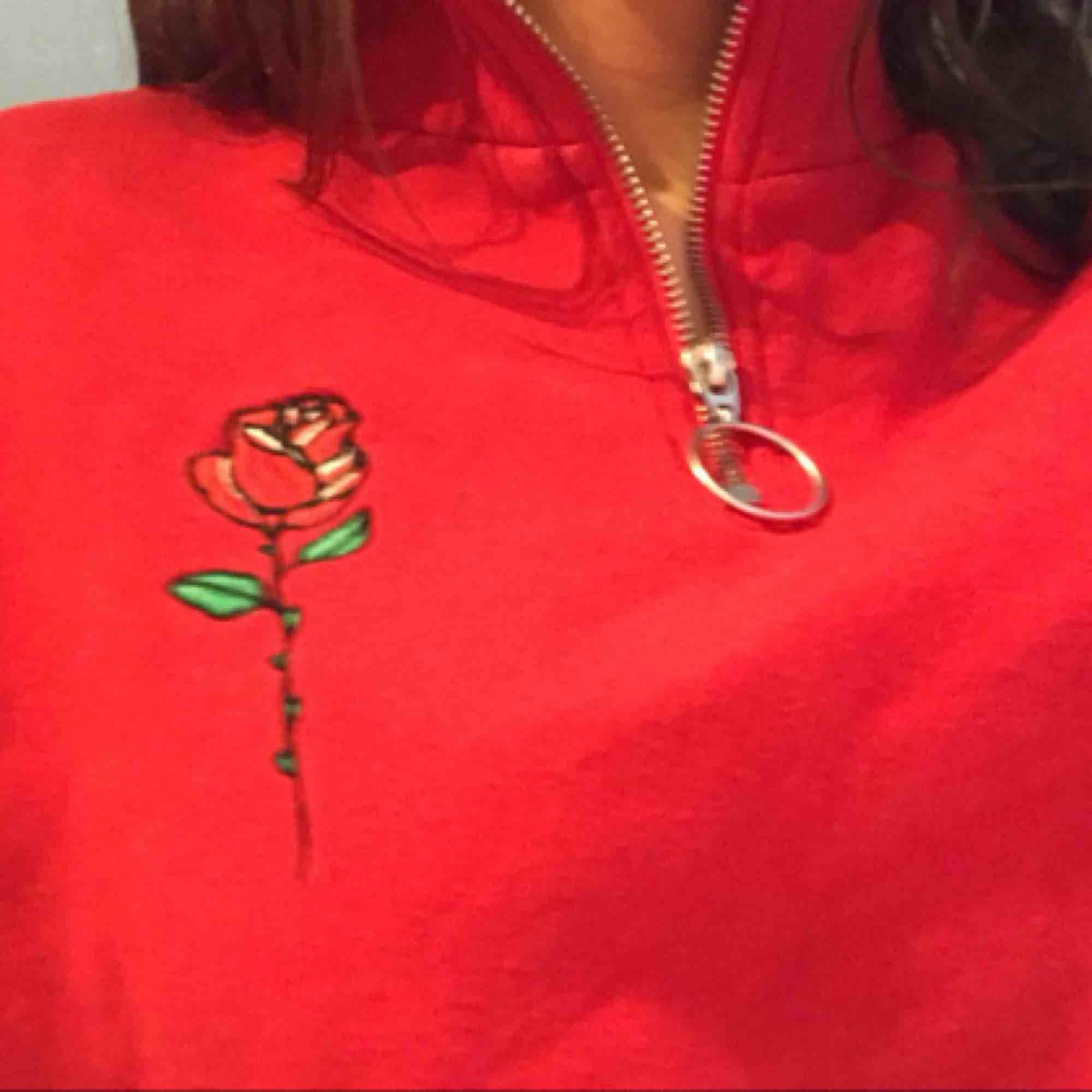 Röd sweatshirt med half zip och en tryckt ros såååå himla snyggggg . Huvtröjor & Träningströjor.