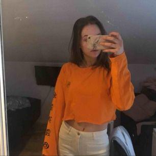 Sååå snygg orange tröha med tryck där och var Klippt den själv🤩😍 Byxorna finns i en annan annons😏😏