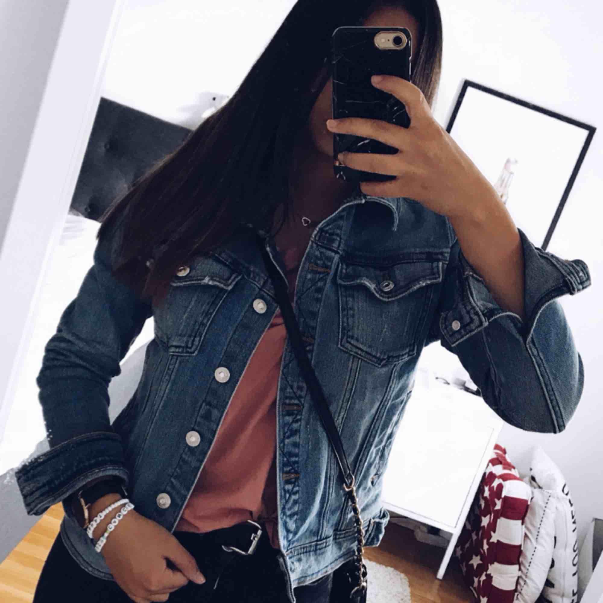 Jeansjacka från Zara. Använd fåtal gånger, nyskick. Stl xS, 200kr+ ev frakt . Jackor.