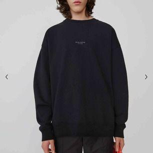 Denna sweatshirt från acne studios. I princip ny, använd typ 2-3 ggr. Har tagen till tröjan kvar.