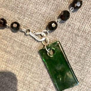 halsband av agater o hänge grönt infärgat glas  . det går att ta bort el byta ut hängena. kommer frånmin smyckesbutik som jag inte har kvar längre. skickas mot porto