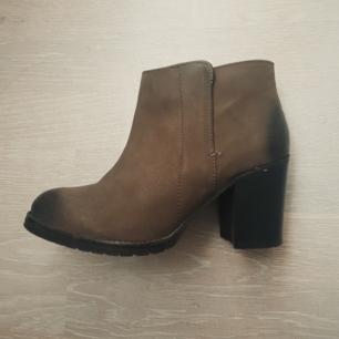 Skor i läder /skinn, storlek 38, använda typ 5 gånger. Mkt bra skick! Möts upp vid Tcentralen =)