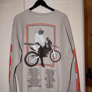 En collage tröja köpt på Justin biebers turné, från champion, säljs då jag aldrig använt den. Kan användas som klänning om man inte är för lång !
