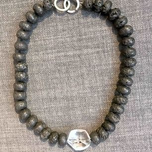halsband Silvia gjort av lavasten o en stor kristall. längd 45 cm, går att förlänga . mkt elegant. säljer av smycken från min fd butik skickas mot porto