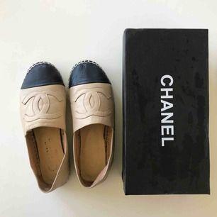 Chanel-espadriller i skinn. Märkt med storlek 39 men passar en 38a. Använda men har mer att ge. Inte äkta. Köparen står för frakt på 63:-