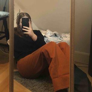Ett par skitsnygga vida jeans från Monki! De är i någon slags koppar/brunorange färg. Aldrig använda, lappen sitter kvar. Priset är inklusive frakt (79kr). Tar endast swish!