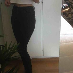 Tajta, svart, högmidjade jeans från bik bok🌺 original pris 500, använda drygt tio gånger. Stretchiga och en riktigt skön fit👌