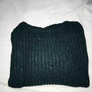 Mörkgrön stickad tröja ifrån Weekday, köpt på plick men aldrig kommit till användning. Frakt tillkommer 🤪
