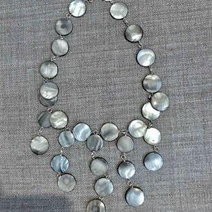 halsband av slipade stenar o silverdetaljer. nickelfritt . passar bra till vårens bal/fest mm. förlängningskedja medföljer totallängd 30 cm , runt halsen 45cm skickas mot porto