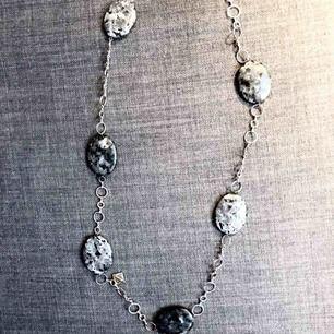halsband med labaroditestenar, silverdetaljer, nickelfritt. halsbandet mäter 90 cm runt om.  skickas mot porto
