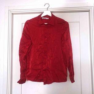 Snygg röd mjuk skjorta från NA-KD 😍❤️ du står för frakt ca 42kr✨