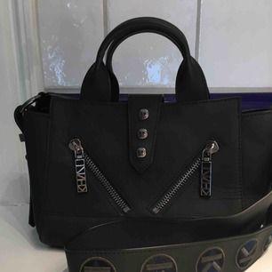 """Kenzo väska i modellen """"mini Kalifornia bag"""", fint skick! Kommer med axelrem, dustbag och kvitto.  Nypriset var ca 5000kr Kan tänka mig gå ner något i pris vid snabba affär:)"""