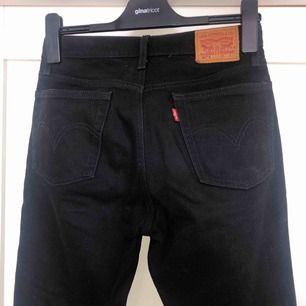 Svarta jeans från Levi's. Står ingen storlek i byxan men jag skulle säga att det passar en XS. Det är ingen stretch ✨ knappt använda. du står för frakt ca 42kr.