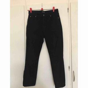 Svarta jeans från & Other Stories. Använda en gång och köpta i höstas. Den har storlek 28 i midjan, men skulle säga att de även passar storlek 30.