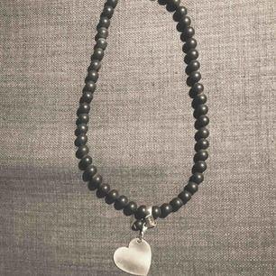 halsband av grå sten med avtagbart silverhjärta. märke 2i2. ej använt , kommer från min butik längd med hjärta 28 cm skickar mot porto
